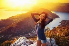 Lycklig kvinna i bergen Arkivbilder