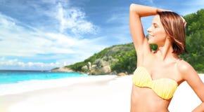 Lycklig kvinna i bikinibaddräkt på den tropiska stranden Royaltyfria Bilder