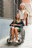 Lycklig kvinna i den utomhus- rullstolen Royaltyfri Fotografi
