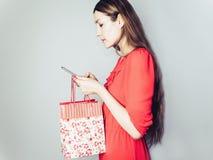 Lycklig kvinna i en röd klänning Fotografering för Bildbyråer