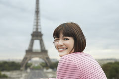 Lycklig kvinna i Front Of Eiffel Tower royaltyfria bilder