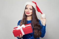 Lycklig kvinna i hänglsen som ler och rymmer julgåvan Försäljningsbegrepp för Xmas eller för nytt år royaltyfria foton