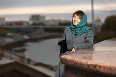 Lycklig kvinna i klassiskt lag på den stads- bakgrunden arkivfoton