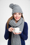 Lycklig kvinna i kopp för vintertorkdukeinnehav med kaffe Arkivbilder