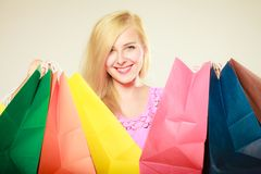Lycklig kvinna i kort klänning med shoppingpåsar arkivfoton