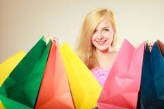 Lycklig kvinna i kort klänning med shoppingpåsar Royaltyfri Bild