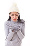 Lycklig kvinna i nedgång- eller vinterstil som blåser något till dig Arkivbilder