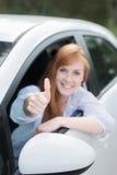 Lycklig kvinna i nytt ge sig för bil tummar upp Arkivbild