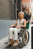 Lycklig kvinna i rullstol Arkivfoto