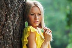 Lycklig kvinna i skog Royaltyfria Bilder