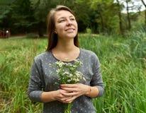 Lycklig kvinna i skogen arkivbild