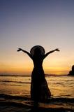 Lycklig kvinna i solnedgång på stranden i Thailand Royaltyfri Foto