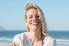 Lycklig kvinna i sommar Royaltyfri Bild
