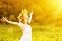Lycklig kvinna i sommar för krans som utomhus tycker om liv Arkivfoton