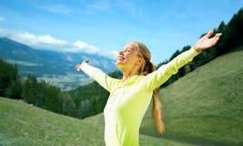 Lycklig kvinna i sportswear som tycker om solen och frihet Royaltyfria Bilder