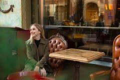 Lycklig kvinna i ursnyggt kafé arkivbild