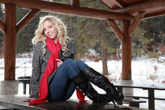 Lycklig kvinna i vinter Arkivbilder