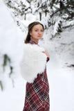 Lycklig kvinna i vinter med snö Fotografering för Bildbyråer