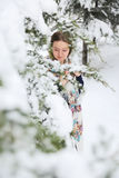 Lycklig kvinna i vinter med snö Royaltyfria Bilder