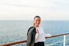 Lycklig kvinna med affärsomslaget på shipboard i miami, USA Resa för affär Sinnligt kvinnaleende på skeppbräde på blåttse Royaltyfri Bild
