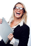 Lycklig kvinna med bärbara datorn Royaltyfri Foto