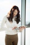 Lycklig kvinna med den Digital tableten Fotografering för Bildbyråer