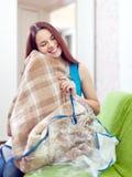 Lycklig kvinna med den nya plädet Arkivbilder