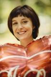 Lycklig kvinna med den röda ballongen arkivbild