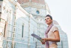 Lycklig kvinna med den turist- översikten som ser in i avstånd i Florence Arkivbild