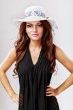 Lycklig kvinna med den vita hatten Fotografering för Bildbyråer