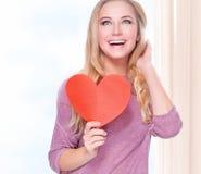Lycklig kvinna med det romantiska kortet Fotografering för Bildbyråer