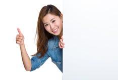 Lycklig kvinna med det tomma plakatet och tummen upp Royaltyfria Bilder