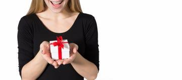 Lycklig kvinna med en gåva utan en framsida Arkivbilder