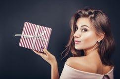 Lycklig kvinna med en gåvaask för Valentine& x27; s-dag royaltyfri foto