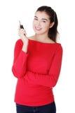 Lycklig kvinna med en nyckel- bil. royaltyfri fotografi