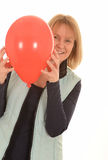 Lycklig kvinna med en röd ballong royaltyfria bilder