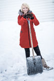 Lycklig kvinna med en skyffel i en parkeringsplats Arkivbild
