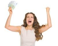 Lycklig kvinna med eurosedlar som jublar framgång Arkivfoton