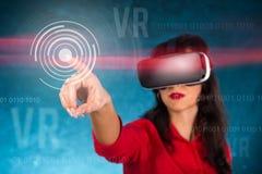 Lycklig kvinna med exponeringsglas av virtuell verklighet arkivfoto