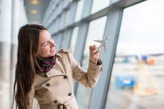 Lycklig kvinna med flygplanet för liten modell inom Arkivbild
