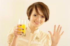 Lycklig kvinna med fruktsaft Royaltyfria Foton