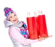 Lycklig kvinna med gåvor, når att ha shoppat till det nya året Arkivfoton