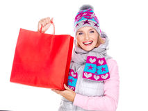 Lycklig kvinna med gåvor, når att ha shoppat till det nya året Arkivbilder