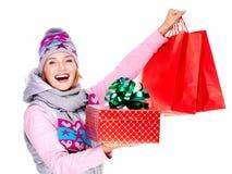 Lycklig kvinna med gåvor, når att ha shoppat till det nya året Royaltyfri Foto