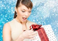 Lycklig kvinna med gåvaasken Arkivfoton