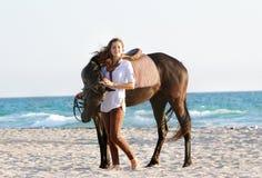 Lycklig kvinna med hästen på havsbakgrund Royaltyfri Bild