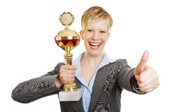 Lycklig kvinna med hållande tummar för kopp upp royaltyfria foton