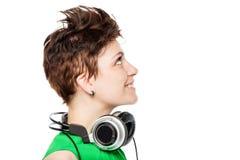 lycklig kvinna med hörlurar runt om hans hals Fotografering för Bildbyråer