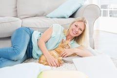 Lycklig kvinna med hunden på filten Royaltyfri Fotografi