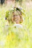 Lycklig kvinna med kransen Arkivbilder